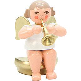 Engel weiß/gold sitzend mit Fanfare  -  5,5cm